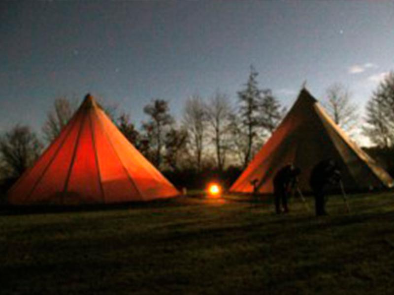 stjerneskud over tipier og telte i nattetimerne