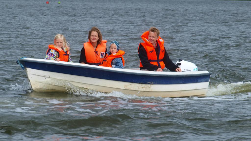 Vores udlejningsbåde er godkendt til 5 personer og udstyret med en 4 hk motor.