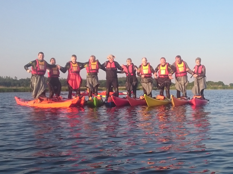 Du kan mere end du tror - her har vi 10 personer oppe af stå efter 2 timer i en havkajak.