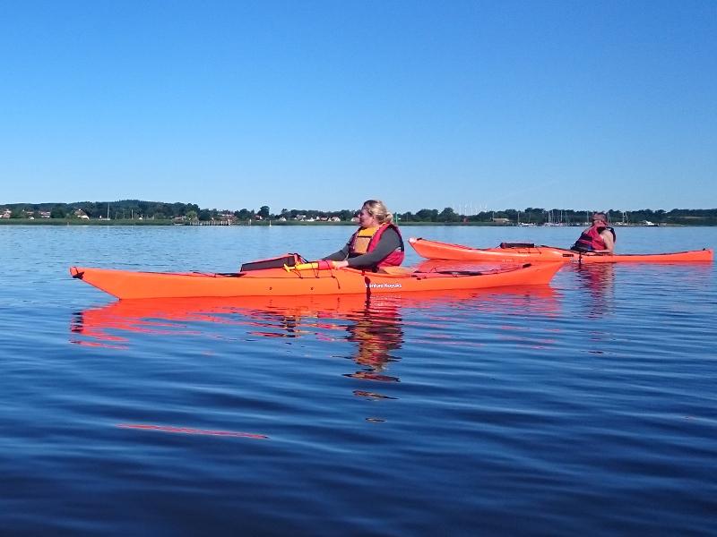 Fjordens blanke vand kan virke næsten silkeblødt.