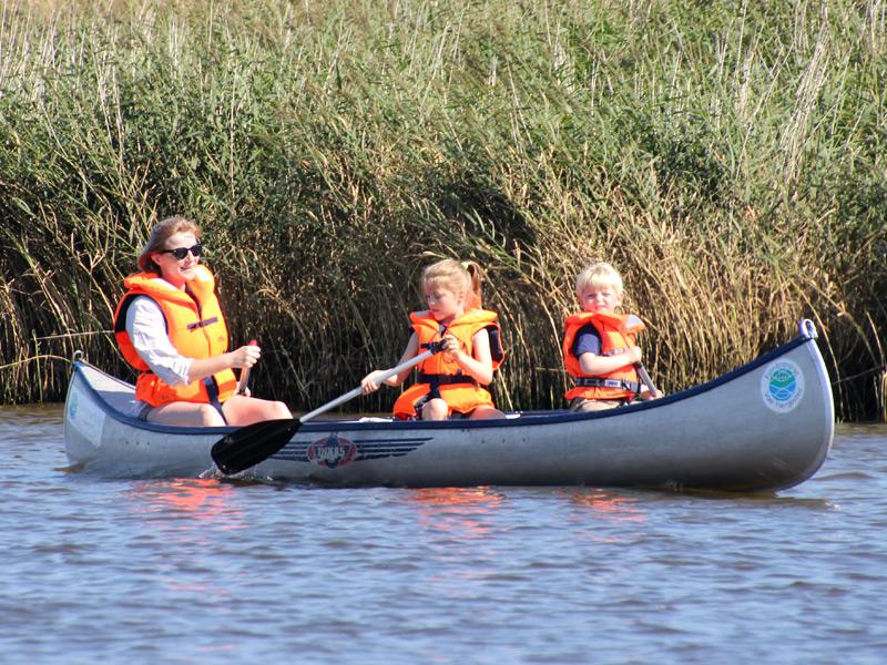 En kano kan let sejles af en enkelt person med 2 mindre børn, når forholdene er optimale.