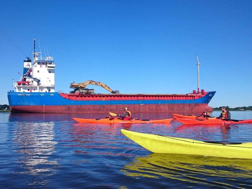 Fjorden har plads både til coastere og til de mindre både.