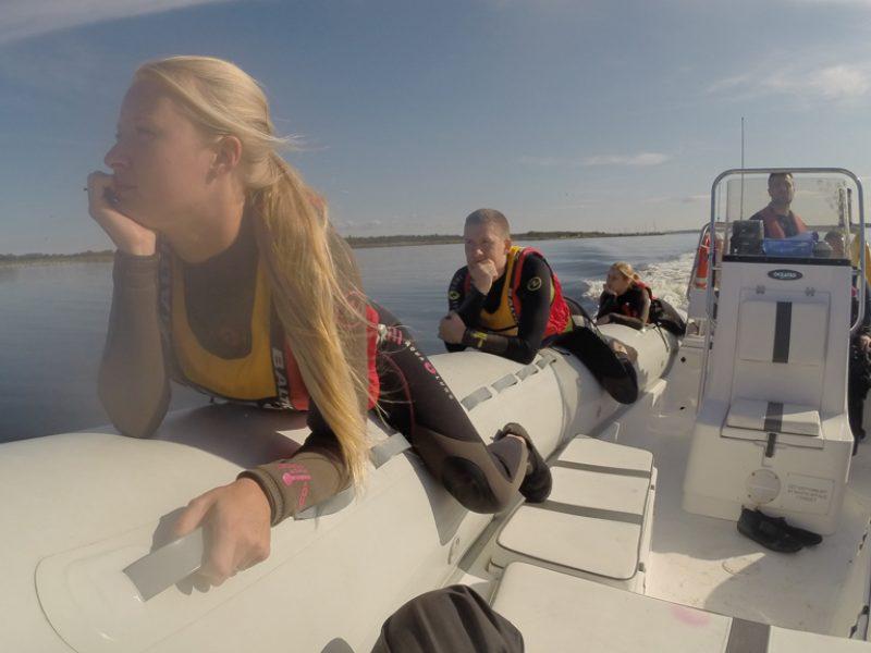 Det kan være helt meditativt at ligge på pontonen inden det går løs.